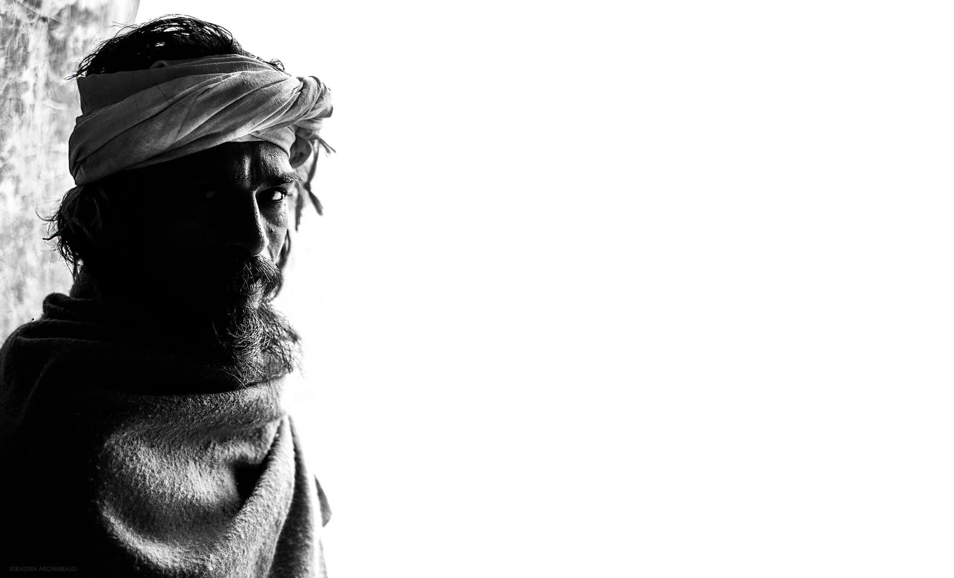 photo noir et blanche d'un portrait de sadhu en inde photographie très contrasté image artistique