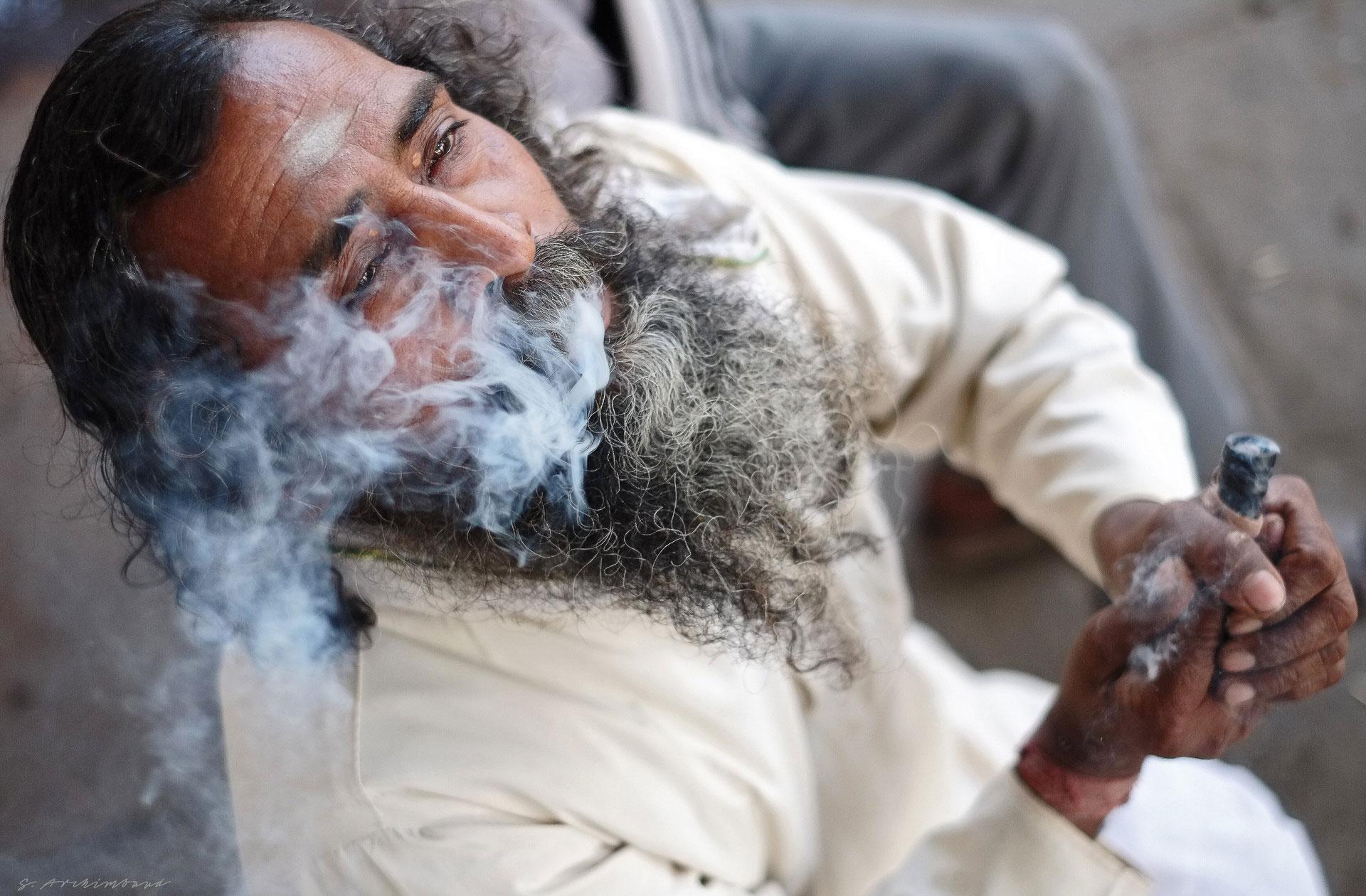 portrait d'un indien crachant de la fumée